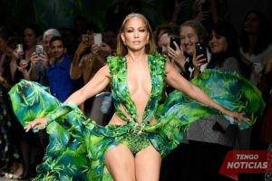 Mejor que nunca! J Lo recrea el look icónico de Versace de 2000 Grammys 3