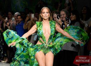 Mejor que nunca! J Lo recrea el look icónico de Versace de 2000 Grammys