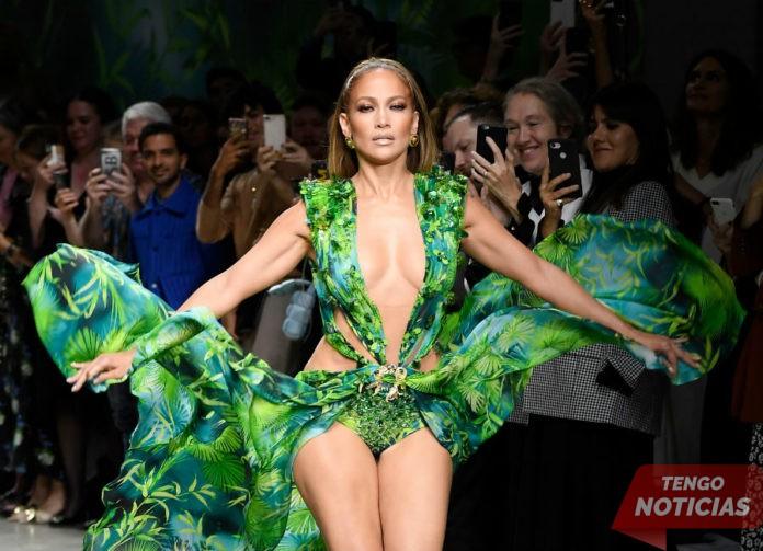 Mejor que nunca! J Lo recrea el look icónico de Versace de 2000 Grammys 1