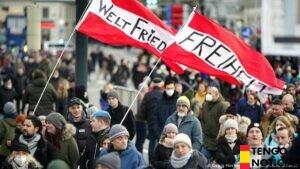 Miles de personas protestan contra las restricciones del coronavirus en toda Europa